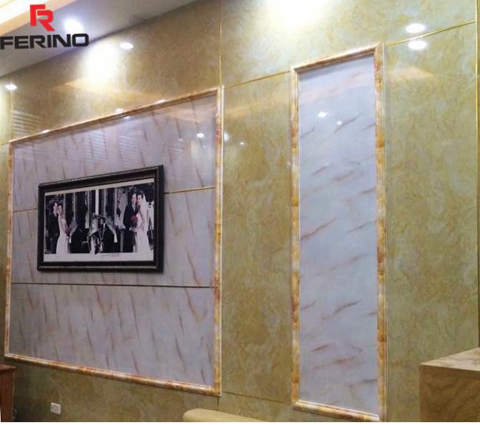 Không gian phòng ngủ được trang trí với đá Marble vân đỏ nâu, tạo nên một background nổi bật cho mọi khung ảnh trang trí