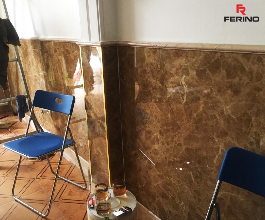 Chân tường phòng khách được ốp tấm ốp PVC vân đá Marble Ý