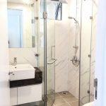 Không gian phòng tắm trở nên thư giãn và thoải mái hơn với tấm nhựa giả đá