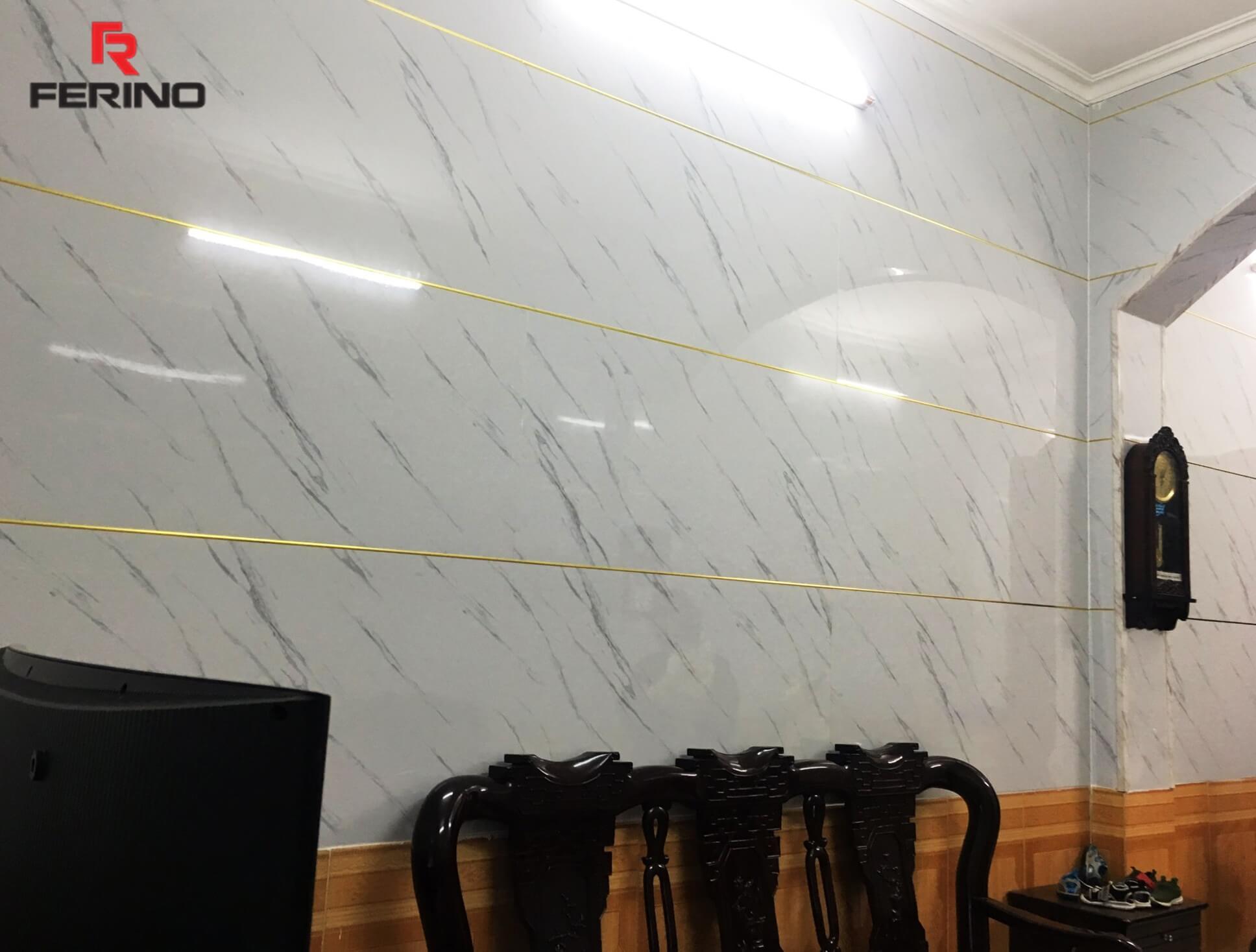 Cận cảnh tường phòng khách sau khi ốp tấm nhựa giả đá