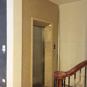 Khu vực cầu thang tầng một với tấm ốp pvc vân đá vàng